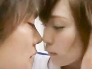 鈴木一徹 チアリーディング部の可愛いらしいJKがサッカー部のイケメンな先輩に告白されてグラウンドのベンチで大胆青姦セックス XVIDEOS女の子のための無料H動画