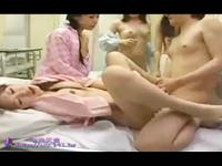 入院した部屋で一人の女の子といい雰囲気になりこっそりとエッチしてたのを部屋の他の女の子達に見つかってしまい皆で乱交セックスパティー 裏アゲサゲ女性のための無料アダルト動画