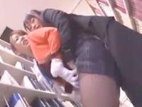 【レズ】開館中の他に人がいる静かな図書館の本棚の陰でお仕事中だった美人司書がOL風お姉さんにレズられ責められセックス 波多野結衣 裏アゲサゲ 女の子のための無料H動画
