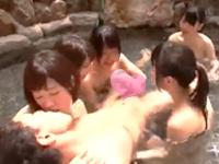 森林原人 露天風呂に入りに来たマッチョな男性にみんなで迫って大きなおチンチンを奪い合っちゃう積極的な従業員の少女たちの乱交エッチ 裏アゲサゲ女性向け無料アダルト動画