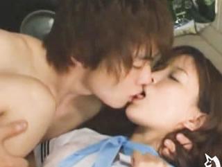 鈴木一徹 突然の雨に振られ雨宿りした屋内で偶然出会ったイケメン高校生と一瞬にして恋に堕ちてしまった女子校生が初めてのエッチ FC2 女性向け無料アダルト動画