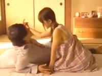 さだちゃん 夕日の差し込む部屋の中リラックスムードでキスしあいながら彼氏の服を脱がしちゃうツインテール彼女のラブラブエッチ 裏アゲサゲ女の子のための無料 H 動画