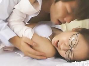 鈴木一徹 メガネの巨乳美人教師が休んでる保健室に忍び込み強引に迫っちゃう大胆なイケメン高校生のセックス 麻美ゆま FC2女の子のための無料 H 動画