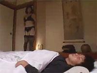 奥村友真 自宅に泊まらせた夫の会社の部下をセクシーな下着姿で誘惑して若い男の身体を貪るように騎乗位で腰をくねらせちゃう熟女妻の不倫セックス erovideo女性専用無料エロ動画