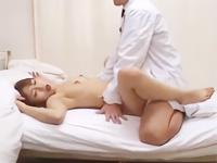 新薬を飲んで全身が火照りムズムズした敏感BODYを男性医師に触られてビクビク反応しちゃうお姉さんの中出しセックス 裏アゲサゲ女の子のための無料 H 動画