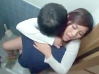 自宅のトイレで用を足していた妹が遊びに来ていたお兄ちゃんの友達に強引に迫られてドキドキしながら内緒のセックス erovideo 女の子のための無料H動画