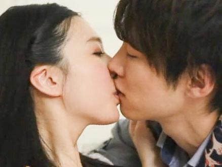 鈴木一徹 ラブラブ恋人同士でキスをいっぱい交わして抱き合う優しい爽やかイケメン彼氏と恥ずかしがり屋な彼女さんの愛情たっぷりスローセックス 古川いおり JavyNow 女性向け無料アダルト動画