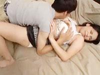 遊びに来ていた娘の彼氏に夫婦の寝室で迫られて罪悪感に苛まれながらも女としての喜びも感じちゃうイケナイ美熟女母の略奪愛セックス erovideo女性のための無料アダルト動画