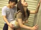 超絶短いミニスカートで男達を挑発するように街を歩くエロBODYお姉さんが発情した男子と建物の陰で大胆セックス erovideo女性専用無料エロ動画