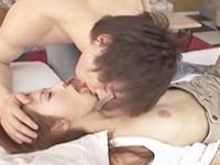 鈴木一徹 明るい部屋の清潔なベッドでイケメン青年とスレンダー美女がキスを交わしてラブラブ一緒に絶頂を迎えるセックス JavyNow 女性のための無料アダルト動画