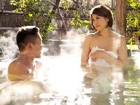 服部義 混浴の露天風呂で一緒になったグラマラスな美人妻と短髪のオラオラ系お兄さんが温泉で親密になった後に脱衣所でイケナイSEX Pornhub 女の子のための無料H動画